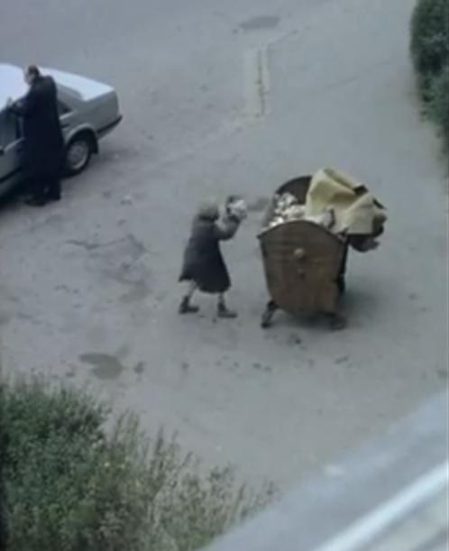 """Anciana que arroja basura en el contenedor público (""""Decálogo Nueve"""").-"""